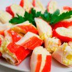 Простая закуска из крабовых палочек с сыром и креветками